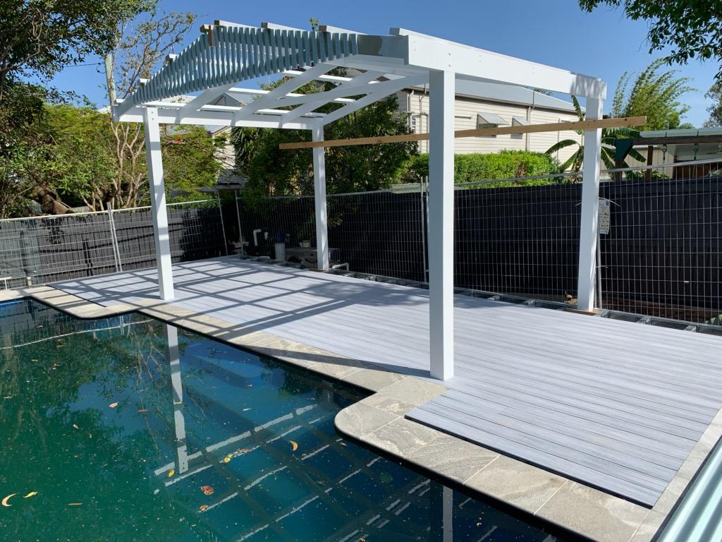 https://ezydecking.com.au/wp-content/uploads/2019/03/Hamptons-white-composite-decking-3.jpg